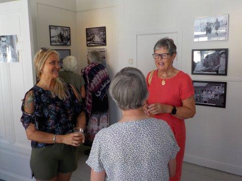 FAMILIE: Linda Syvertsen (til v.) sammen med sin tante Eira Weseth, under åpningen av utstillingen søndag.
