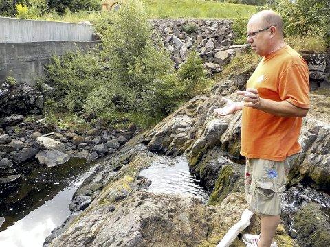 SILDRER SÅVIDT: Det er såvidt det sildrer og renner i Sundbyfossen om dagen, konstaterer Stein Kvarme. Foto: Lars Ivar Hordnes