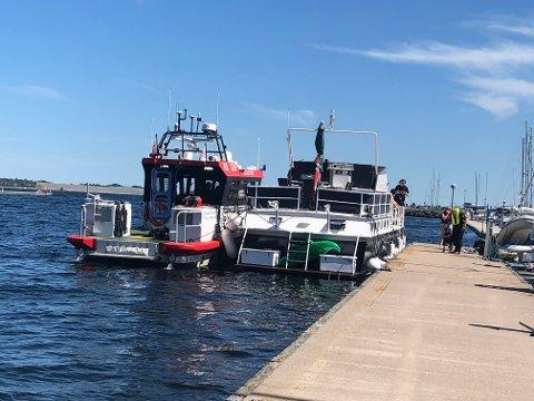 USKADD: Både familien og båten kom fra det hele uten store skader takket være redningsskøyta (tv.)