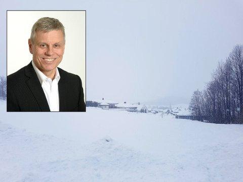 HAR TRUA: Megler Finn Gjertsen (innfelt) har oppdraget med å selge Vesetjordet for Holmestrand kommune. Her kan det bli over 100 nye boliger.