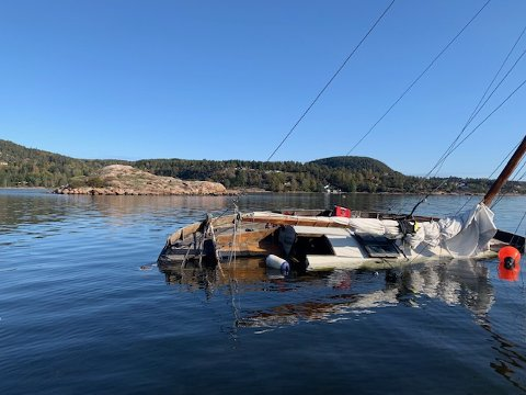 SEILBÅTEN: Har gått på grunn mellom Kjanken og Bjerkøya.