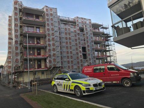 ULYKKE: En person falt ned fra et stillas i en arbeidsulykke ved Strandholmen tirsdag ettermiddag.
