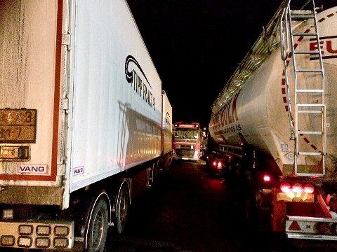 KAOTISK: Mange vogntog og tankbiler sto oppstilt på Hakan mandag morgen.