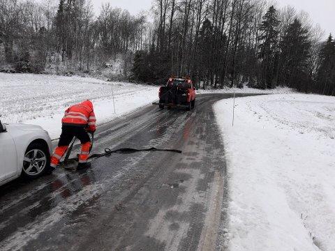 MYE Å GJØRE: Ole Tom Gustavsen og de andre ansatte i Bilbjørn Redning har nok å gjøre tirsdag morgen og formiddag. Her hjelper han en bil som har sklidd i Undrumsdal i Re.