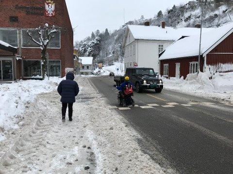 HAR SLITT: Snøen på fortauene har betydd at Bertil Nerdrum har slitt med å gjøre sine daglige gjøremål.
