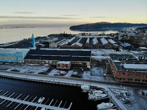 HAR LØSNING: Fabrikksjef Anneli Finsrud Nesteng ved Hydro sier de har en løsning for å bli kvitt pipingen fra truckene på området.