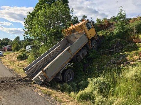 Flaks at den ikke traff noen: Lastebilen skled ned en bratt skråning. Foto: Pål Nordby