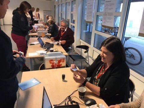 HØYRE-BASTION: Det var stor pågang da Jarlsberg var innom stemmelokalene på Gjøklep ungdomsskole. I Gjøklep krets stemte nesten annenhver velger Høyre.