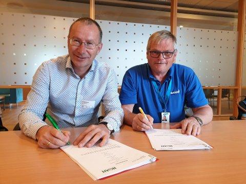 AVTALE: Utviklingsdirektør Egil Solheim i Noah (til v.) og ressursansvarlig Erling Ekeren i Hæhre skrev i juli under kontrakten. Foto: Noah AS