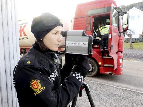 Lasermåler: Politibetjent Frida Paulsen i Skolegaten. Foto: Pål Nordby