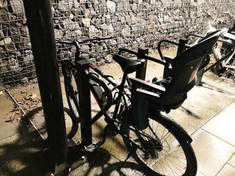 Hærverk: Det var andre gangen Ingard Jensen opplevde hærverk på sin sykkel ved Holmestrand stasjon. Men som ventet var det ikke bryderiet verdt å anmelde skadeverket til politiet. Foto: Privat