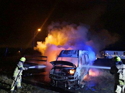 FULL FYR: Minibussen sto i full fyr ved brannmannskapets ankomst. Årsak til brannen er usikker.