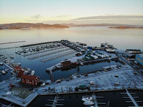 BADET I SOL: Fredag formiddag bader Holmestrand i sol, men 2. juledag skjer det et værskifte - og det vil vare lenge.