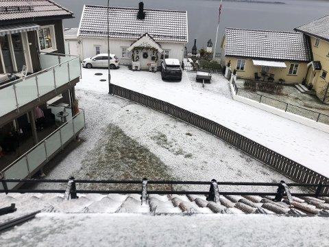 STILLE FØR STORMEN: Det er stille før stormen. og snøen har lagt seg som et melis-teppe langs gatene og hustakene i Holmestrand.