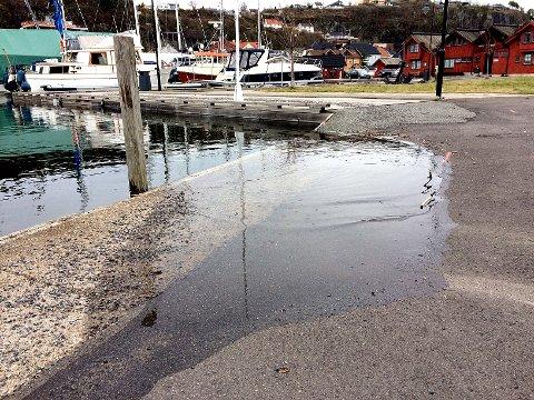 VANNET STIGER: I 15.15- tida mandag så det slik ut på Krana. Vannet steg raskt.