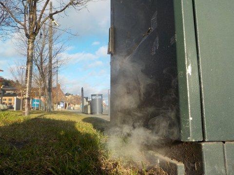 Ryker kraftig:. Det luktet svidd av koblingsboksen på brygga klokken 10.40. Foto: Lars Ivar Hordnes