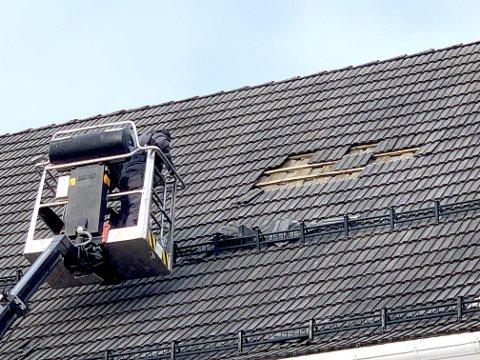 KALD JOBB: Torsdag morgen var Asbjørn Backe og Stian Bore fra kirkekontoret i sving med å legge på plass taksteinene her på taket av Eidsfoss kirke. Foto: privat