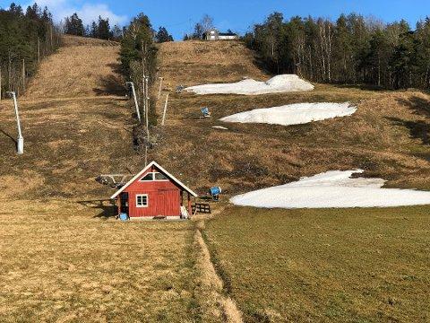 SNØFATTIG: Slik så det ut i Høgås alpinsenter i vinterferien. Nå er sesongen over.