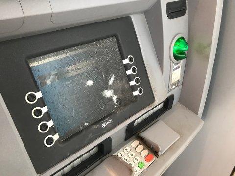Knuste glasset: Maskinen slukte kortet, noe korteieren ikke tok lett på. Foto: Pål Nordby