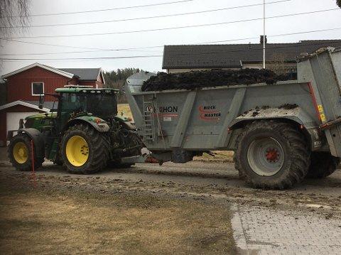 Med overfylt traktorhenger: Slammet skvalper over  kantene i transporten fra deponi til jorde. Foto: Knut Engen