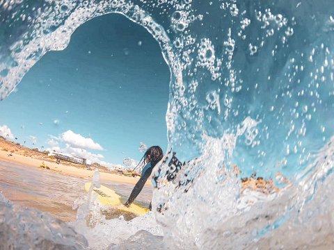 Der himmelen møter havet: Den beste surferen der ute er den som har det aller mest gøy. Så lenge en smiler, så gjør en det riktig.