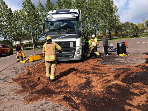 200 LITER: Framhjulet på lastebilen har av ukjent årsak eksplodert. Det førte til at det ble slått hull på dieseltanken, og da lakk anslagsvis 200 liter diesel ut.