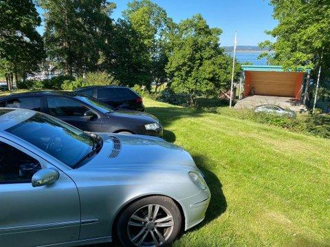 PARKERTE I PARKEN: Fullt av biler sto parkert på plenen i Hagemannsparken søndag.