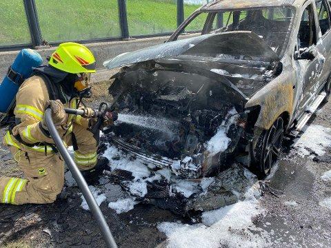 FØREREN USKADD: Bilen var helt utbrent etter brannen.