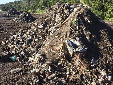 SØPPELHAUGER: Gammelt søppel kom opp i dagen ved Felleskjøpet. FOTO: LARS IVAR HORDNES