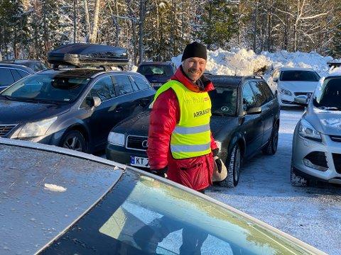 FRIVILlIG: Jan Ivar Meldre var en av de frvillige som lettet på trafikkkaoset forrige helg. Nå står en ny helg for tur, men dugnadsgjengen tror ikke det blir like mange folk i løypene denne helgen.