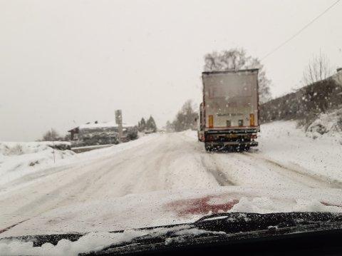 STOD FAST: Litt utpå dagen hadde lastebilen klart å komme seg løs.  FOTO: PRIVAT