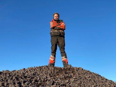 Tonnevis med stein: Kevin Berg (25) håndterer store mengder stein med store maskiner. Foto. Pål Nordby