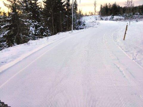 Nå er det kjørt skiløype i Bråten lysløype ved Hof skole. Det er ikke nok snø til å sette spor ennå.