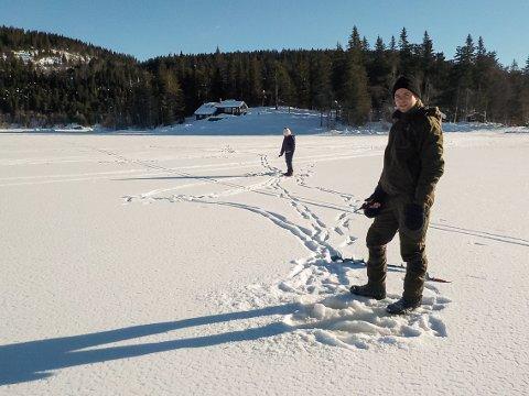 ISFISKE: Hytteeieren fra Hvittingfoss forsøkte fiskelykken i den vestre delen av Hajeren, sammen med datteren.