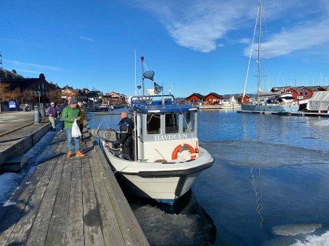 """Fersk kreps: """"Havduen"""" var på plass fredag, det samme var kundene. Foto: Pål Nordby"""