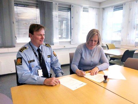 Politiråd: Samarbeidsavtalen om videreføring av Politiråd ble underskrevet i fjor av politistasjonssjef Bent Bjune og ordfører Elin Gran Weggesrud. Foto: Trond Aage Kvammen