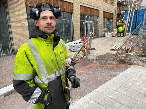 Asfaltlegger: Robin Gustavsen har allerede som 28-åring skiftet bransje. Fra barne- og ungdomsarbeider til jobb med asfalt og snøbrøyting. Foto: Pål Nordby