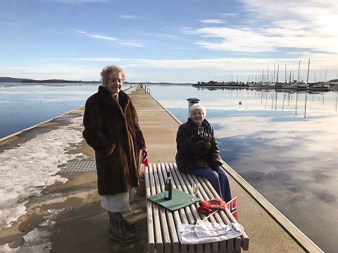 PELSKLEDTE: Det hjelper å ha en skikkelig pels å kle på seg etter badet for Anne-Liv Brattestå og Sonja Lybæk Kristensen.
