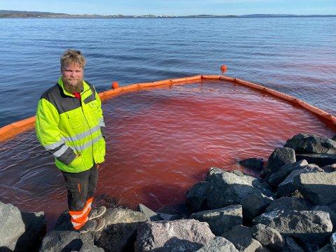 Fargestoff: Pål Andreassen fra VA i Holmestrand kommune kan berolige alle som tenker forurensning. –  Dette er et helt ufarlig fargestoff som vi bruker for å lokalisere lekkasjen som har oppstått, sier han. Foto: Pål Nordby