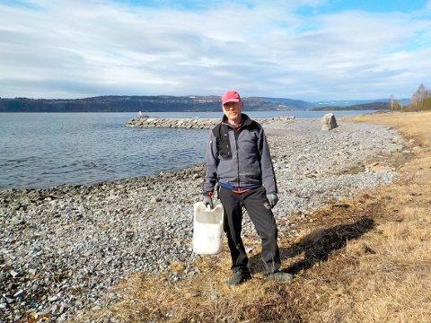 TOK ET TAK: Roar Iversen er ikke redd for å ta et tak for felles beste. Palmesøndag ryddet han søppel her på Langøya.