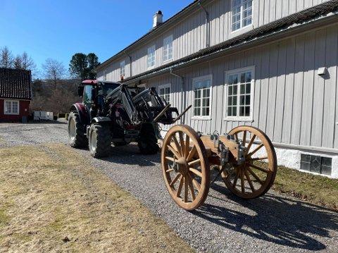 Hans Petter Fleischer bukserer den 750 kilos lavetten hjem til vognskjulet på Hovedgården. Her skal de bli malt og gjort ferdig.