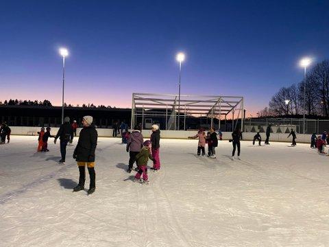 ISBANEN TRENGER ISMASKIN: Den nye kunstisbanen på Hvitstein er blitt populær. Fullt så populært var det ikke blant politikerne at det ikke ble regnet inn kostnader til ismaskin. Foto: Jarl Rehn-Erichsen