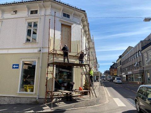 Forbereder veranda: Den omtalte Ihlengården i Langgaten skal få sin gamle fasade tilbake. Onsdag skal etter planen den gjenskapte verandaen monteres. Foto: Pål Nordby