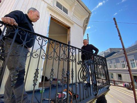 Endelig på plass: Jan Arne Hvidsten og Jan Gunnar Flannum på den gjenskapte verandaen til Ihlengården. Foto: Pål Nordby