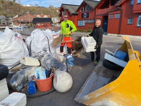 Det holder ikke med et par bæreposer: – Maskinell hjelp må til for å kjøre bort søpla, sier Morten Grande og Erik Håkonsen i Skjærgårdstjenesten. Foto: Pål Nordby
