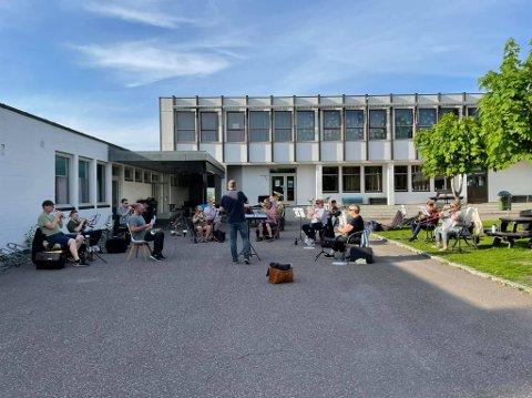 ENDELIG FELLESØVELSE: Mandag møttes en del av medlemmene i Holmestrand Brass til første felles øvelse på over et halvt år.