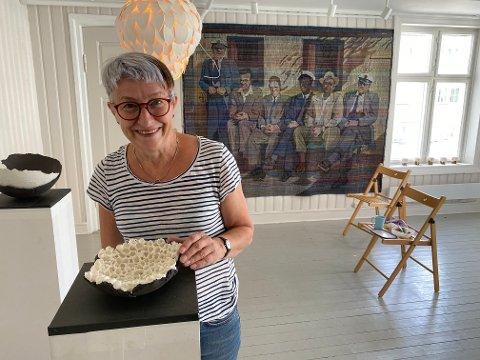 """Klar for utstilling: Helen Mørken med sin installasjon """"Bubbels"""", en av 15 arbeider hun stiller ut ved Holmestrand museum. Foto: Pål Nordby"""