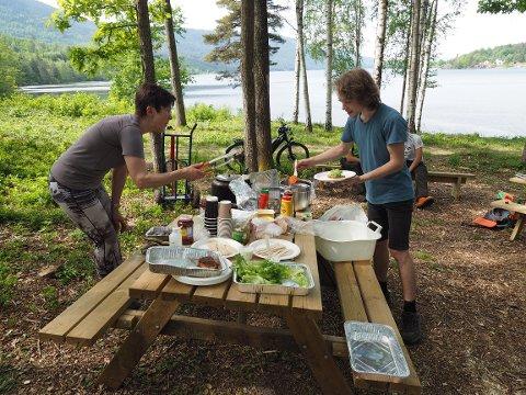 Bente Ingulfsen serverer mat til Marius Aashøy under dugnaden.
