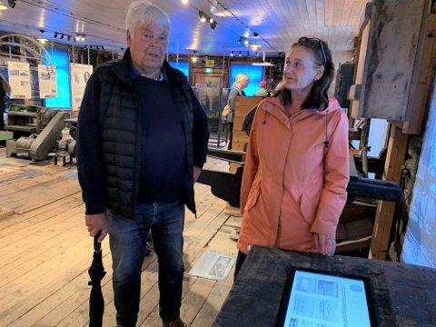 MYE HISTORIE:– Faren min jobbet her i snekkerverkstedet i mange år, fortalte Ingar André Haugerud til Vestfoldmuseenes konservator Hilde Woxen Stormark da utstillingen «Fremtidstoget» ble åpnet på Eidsfoss jernverksmuseum lørdag