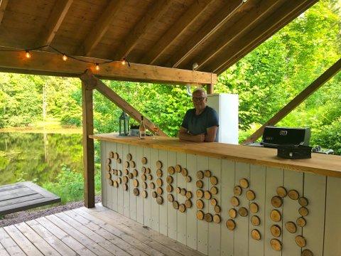 EGEN BAR: «Gangbar» er navnet på baren på Sperte gård hos Martin Reier Rønningen. Foto: Privat